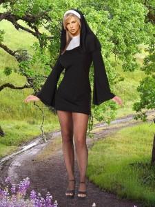 красивая монашка в лесу