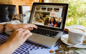 видеореклама в Интернете на ноутбуке