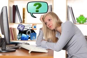 задумчивая девушка перед компьютером